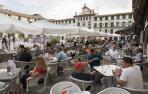 Imagen de las terrazas de los bares de la plaza de los Fueros de Tudela.