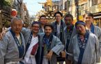 """Javier Asenjo, en el centro, fue invitado a una tradición de arraigo en Japón, Mikhosi, """"algo así como la Semana Santa en Sevilla y muy poco habitual que inviten a un extranjero a participar"""""""