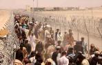 Cientos de personas en la frontera entre Pakistán y Afganistán esperan para cruzar