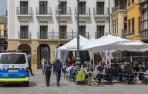Una patrulla de Policía Municipal pasa junto a unas terrazas de establecimientos hosteleros en la Plaza del Castillo de Pamplona