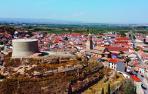 Imagen aérea de Ablitas en la que se ve, en primer plano, el cabeza sobre el que se asienta el Castillo y, al fondo, el resto del casco urbano