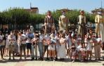 El grupo de niños nacidos en 2020 en Andosilla con sus padres después de haber recibido el pañuelo de fiestas.