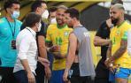 Neymar habla con Lionel Messi de Argentina hoy, en un partido de las eliminatorias sudamericanas para el Mundial de Catar 2022 entre Brasil y Argentina en el estadio Arena de Sao Paulo.