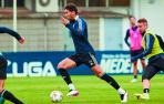 Lucas Torró conduce el balón perseguido por Ontiveros en el entrenamiento a puerta cerrada de ayer en Tajonar