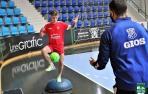 Fabinho toca balón en el Pabellón Anaitasuna