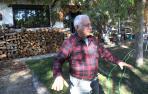 Julián Lizarraga explica cómo sintió el terremoto, ayer frente a su casa en Lizoáin.