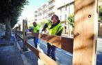 Dos operarios colocan los tablones en la avenida de Sangüesa ayer por la mañana