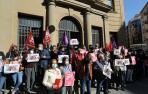 Los sindicatos CCOO y UGT manifestándose por las calles de Pamplona.