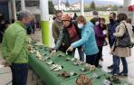 Javier Gómez, uno de los gestores del Parque Micológico de Ultzama, muestra algunos hongos de la feria