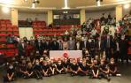 Los niños y niñas de Studio Fran Fonseca posan con los participantes e invitados al acto de Impulsar Navarra en la Casa de Cultura de Zizur