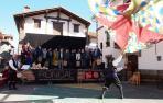 Julio Beretens baila la bandera de Roncal, al sol del txistu de Kepa Vales, ante los homenajeados por los 40 años de la D.O.P. Queso de Roncal.