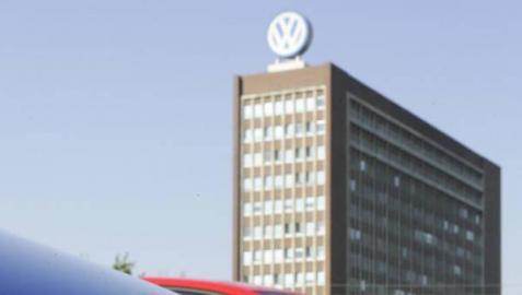 Coches de la marca Volkswagen, frente a la sede de la compañía en Wolsfburg, Alemania.