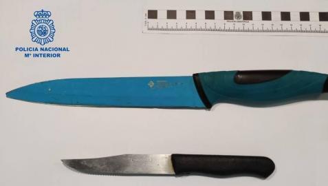 Cuatro detenidos por golpear y apuñalar con un cuchillo de cocina a un hombre