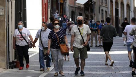 Personas con mascarillas en Pamplona, en el primer día en que no era obligatorio llevarla.