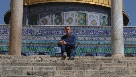 Mikel Ayestarán posa con la Cúpula de la Roca de Jerusalén detrás