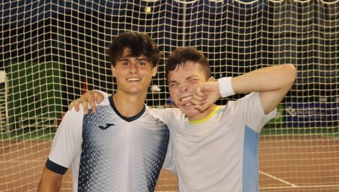 Antonio Prat, izda., e Iñaki Montes expresan su alegría tras vencer en la final de Bakio