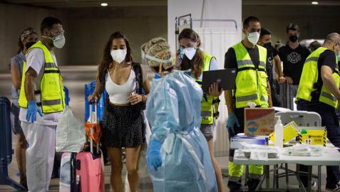 Jóvenes procedentes de zonas de veraneo como Salou (Tarragona), a su llegada hoy sábado a la estación de autobuses de Pamplona donde continúa la recogida de pruebas Covid con un elevado nivel de participación.