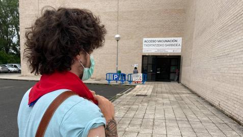 Ibai Ekiza Ochoa recibía este martes la primera dosis de la vacuna a las 12 del mediodía