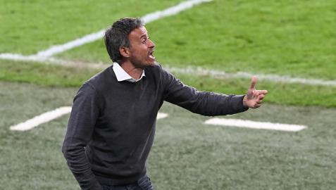 Luis Enrique dando instrucciones a sus jugadores durante un momento del partido ante Italia.