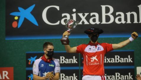 Altuna, con la txapela y trofeo de campeón