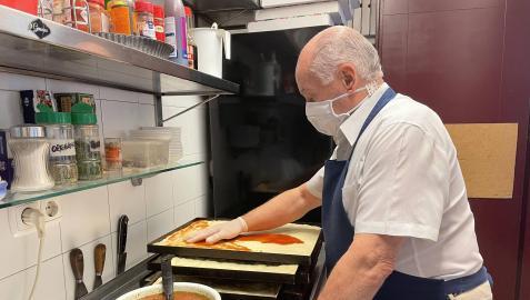 Raúl Ariztizabal, propietario del restaurante La Tablita, creando las pizzas del día.