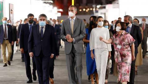Los reyes Felipe y Letizia junto a la directora de ARCO y el ministro de Cultura, durante la inauguración oficial de la feria.