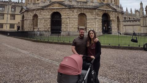Ana Beunza y Jorge Blázquez, con su hija Laia, en Oxford, frente al Radcliffe Camera