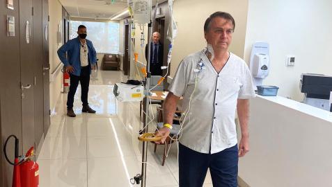 Imagen subida a las redes sociales por el presidente brasileño, Jair Bolsonaro, caminando por el hospital