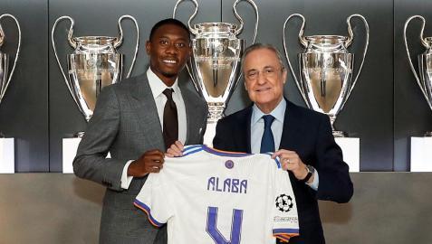 David Alaba, con la camiseta con el número 4 que lucirá en el conjunto blanco, y el presidente Florentino Pérez