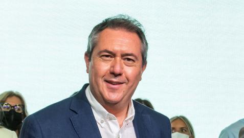 Juan Espadas atiende a los medios tras haber sido proclamado este viernes nuevo secretario general del PSOE de Andalucía