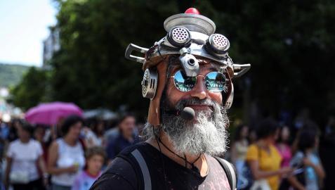 Decenas de negacionistas han participado en una manifestación sin mascarilla en San Sebastián