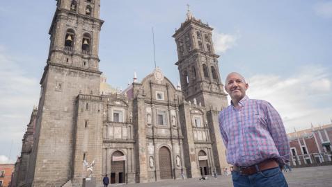 Ricardo Oroz, ante la catedral de Puebla, que alberga un secreto que vincula a la localidad mexicana directamente con Fitero