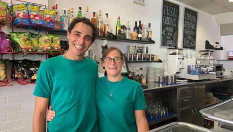 Matías Omar Moler y María de los Ángeles Egidi en su bar, El Rincón del Txanga