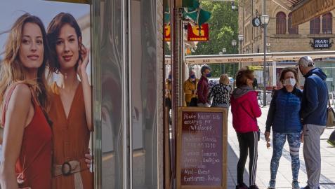 Varias personas con mascarilla por las calles de Estella