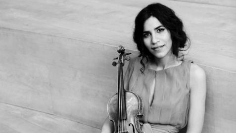 Ana María Valderrama, posando con un violín XX