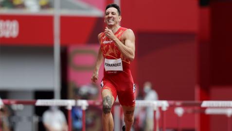 Sergio Fernández compite en las rondas preliminares de los 400m vallas masculinos por los Juegos Olímpicos 2020