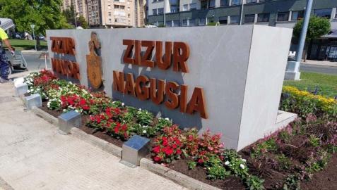 El nuevo cartel y fuente en la entrada de la urbanización