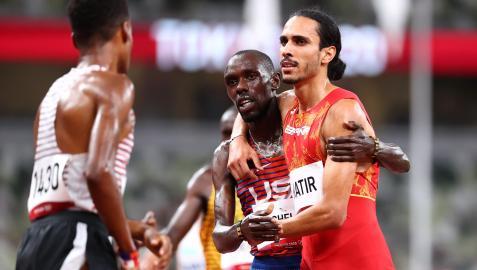 El español Mohamed Katir se abraza al norteamericano Paul Chelimo tras la carrera