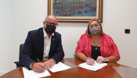 El consejero Carlos Gimeno, y la directora de Fundación Secretariado Gitano, Inés García, en la firma del convenio