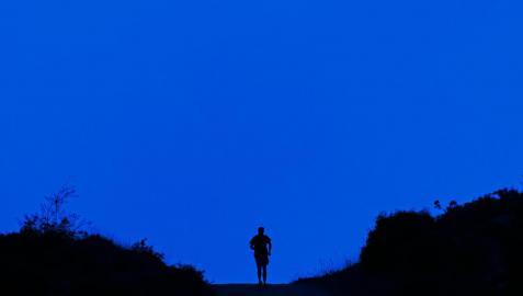 Un hombre corre por un camino de Ayegui
