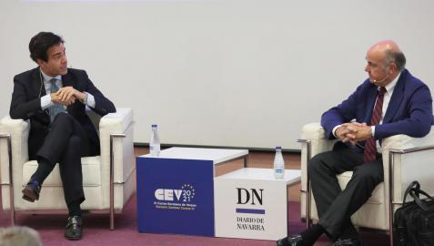 El vicepresidente del Banco Central Europeo y exministro Luis de Guindos, a la derecha, durante el diálogo que mantuvo con Pablo Zalba dentro de los Cursos de Verano