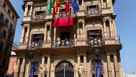 Actuación en el marco del Festival Flamenco On Fire de los lebrijanos Inés Bacán y Antonio Moyala, desde los balcones del Ayuntamiento de Pamplona. El concierto forma parte de la programación gratuita del ciclo 'Calles, balcones y patios.
