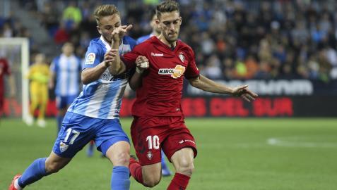 Javi Ontiveros pelea por el balón con Roberto Torres en el partido entre el Málaga y Osasuna de 2019 en La Rosaleda, el año del ascenso a Primera