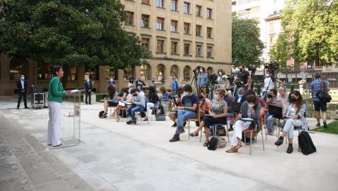 María Chivite habla ante los medios en los jardines del Palacio de Navarra