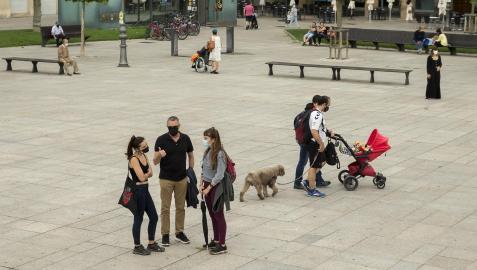 Personas con mascarilla en la Plaza del Castillo de Pamplona
