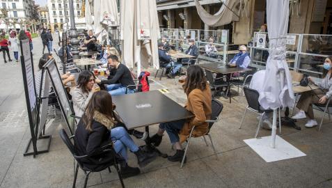 Varios grupos de personas, en terrazas de la Plaza del Castillo de Pamplona