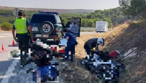 Imagen del motorista herido y los agentes de la Guardia Civil, en el lugar de los hechos.