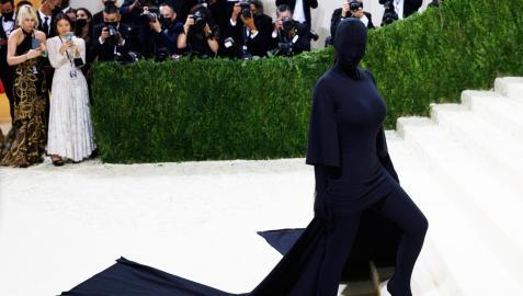 Kim Kardashian, con un extravagante look a su llegada a la Gala MET 2021