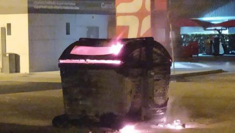 Contenedor incendiado en la gasolinera de Trinitarios