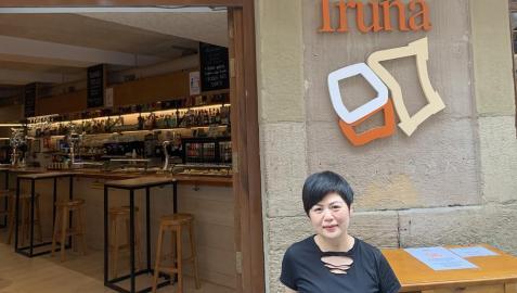 Xiao, en la entrada de la taberna Los Burgos de Iruña